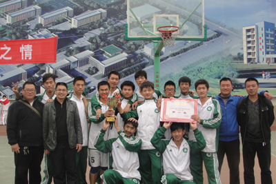 我校荣huo高zhong男子篮球比赛di一ming的好cheng绩