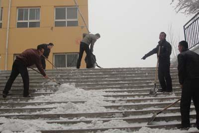 全体jiao师集体铲雪,同学们不用zai怕摔gen头了
