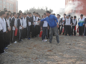 学校举办了一次消防yan练