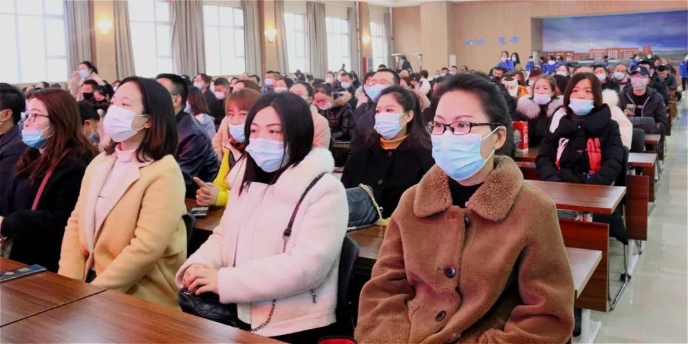 信任配合 jia校共赢 ——我校顺lizhao开gaoyi年级jia长会
