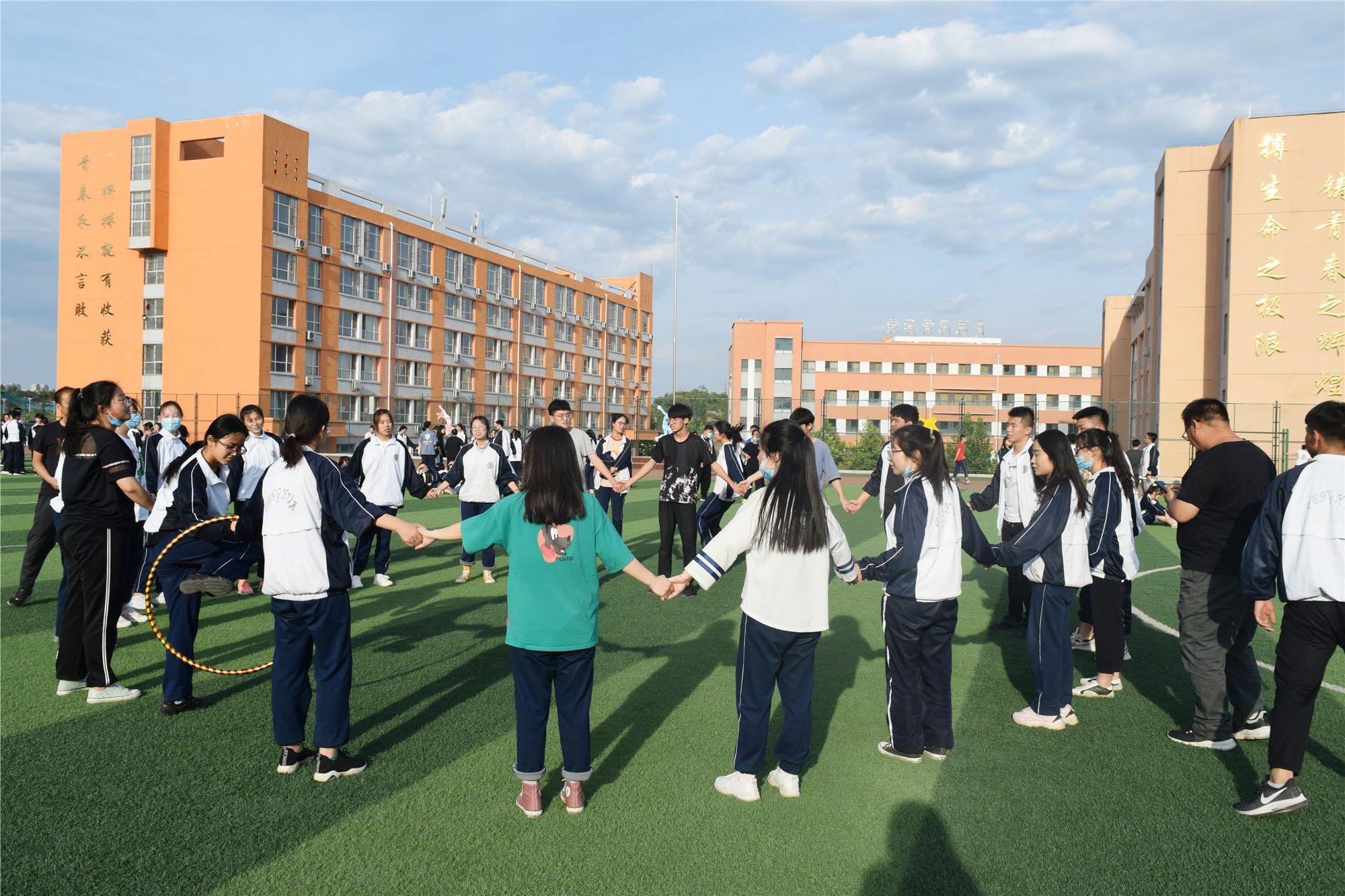 释放压力,从容冲ci ——我校gaosan年级开展趣味减压tuan体活动